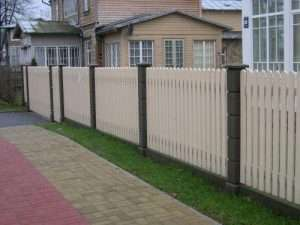 Забор из штакетника на металлических опорах