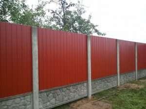 Забор на бетонных столбах